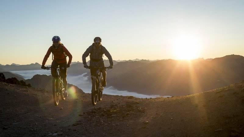Mountain bikers at the Sunrise Event on Piz Nair.